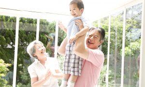 孫と遊ぶ祖父母